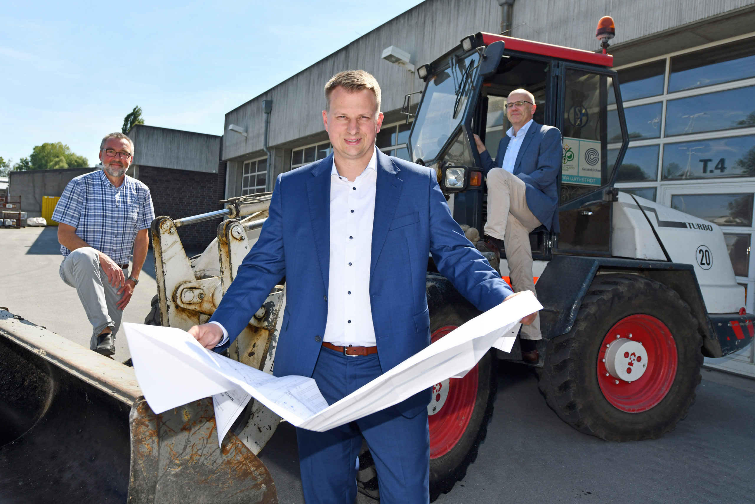 Stadtbaurat Christoph Heidenreich (vorne) präsentierte mit Michael Tappert und Christian Neumann (r.) das Bauprogramm 2021. –Foto: Joachim Kleine-Büning