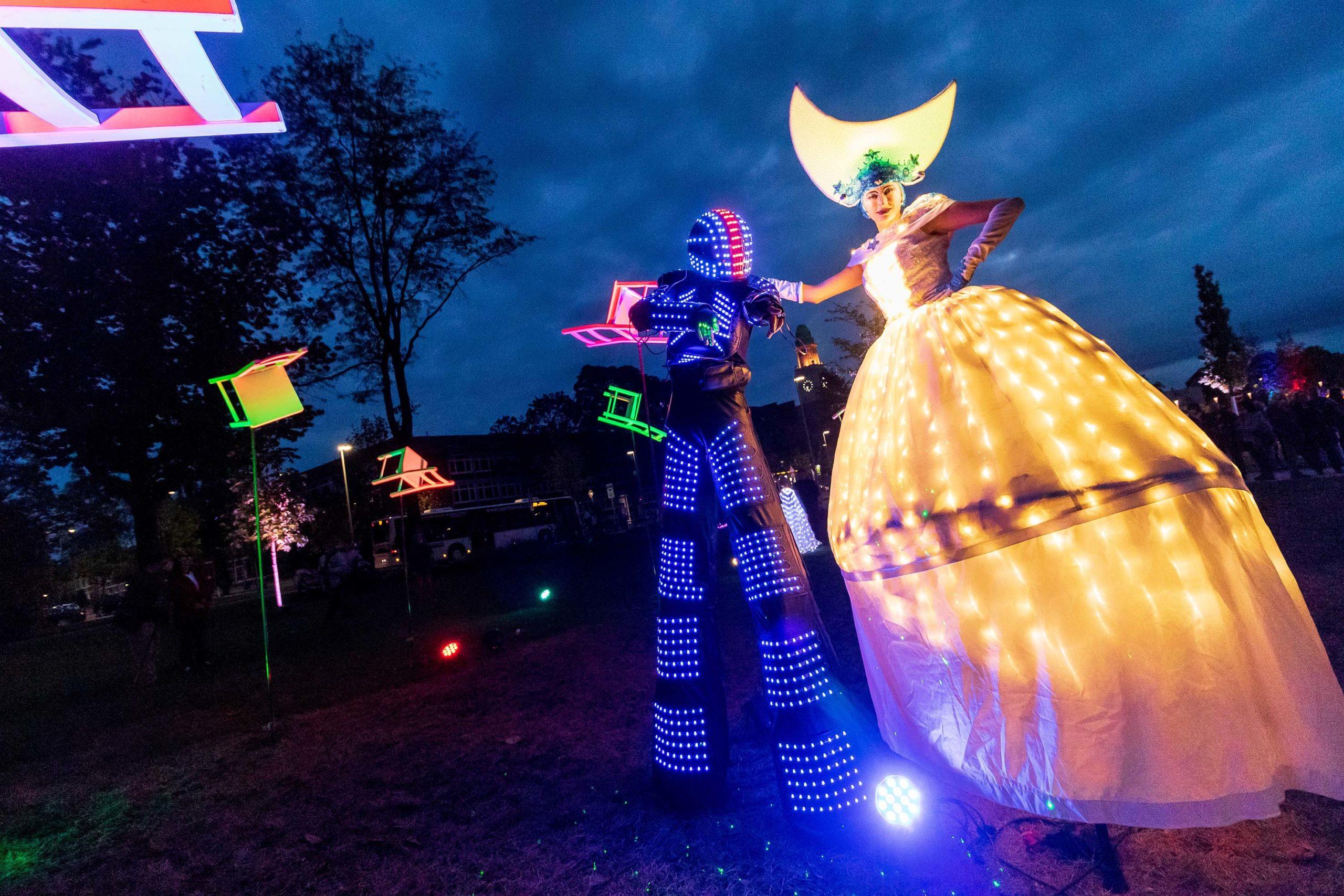 Vom 29. September bis 3. Oktober erstrahlt Buer in den Abendstunden in bunten Farben. Über die gesamte Innenstadt verteilt zeigen die Goldstücke dann Lichtkunst und Illumination. Das erwartet die Besucherinnen und Besucher.
