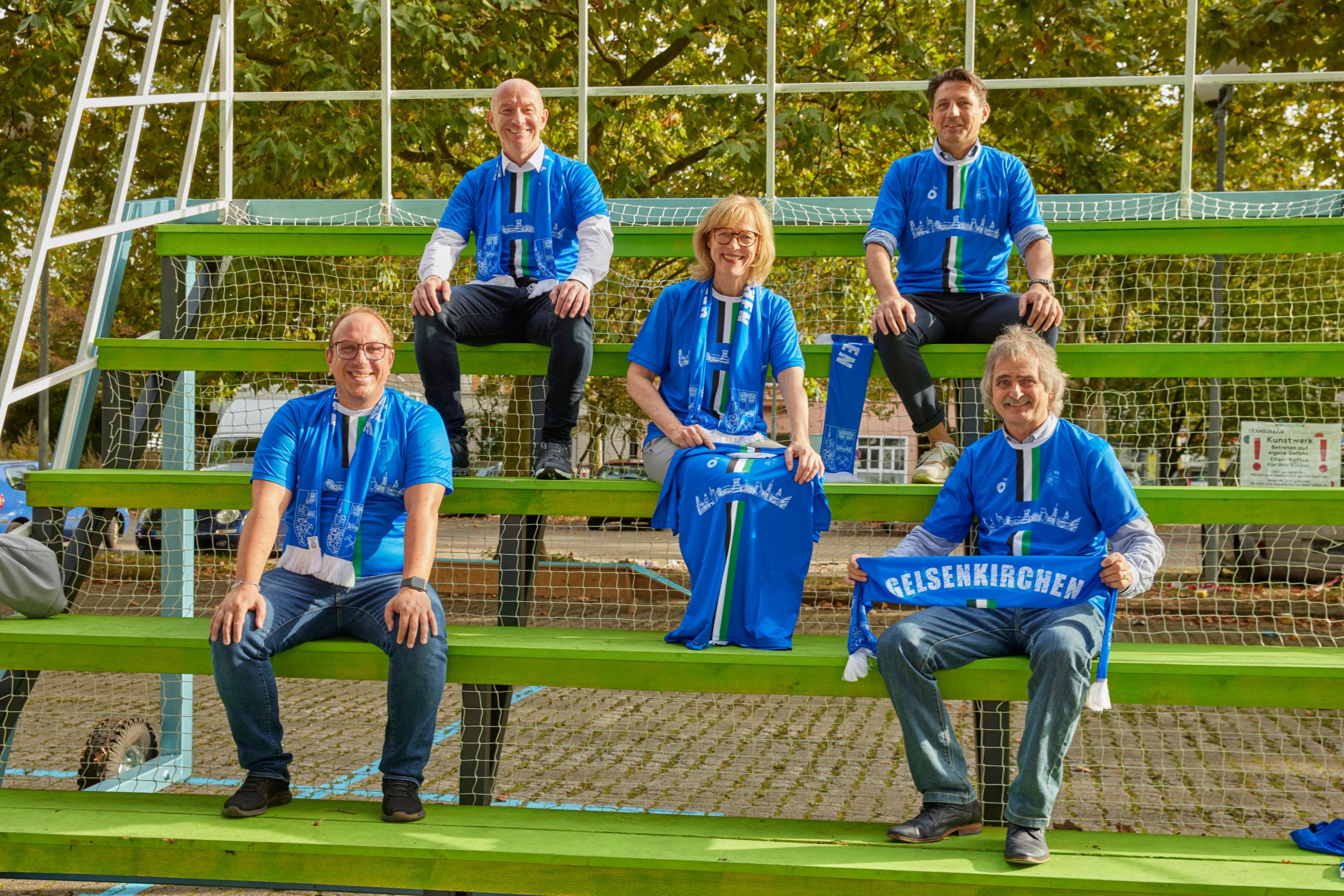 Die Gelsenkirchener Stadtfußballmannschaft hat neue Trikots erhalten - gesponsert von der Ruhr Oel GmbH – BP Gelsenkirchen.
