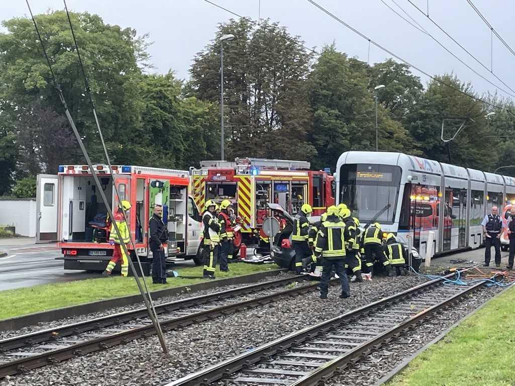 Am Sonntagnachmittag kollidierte auf der Kurt-Schumacher-Straße in Gelsenkirchen ein Auto mit einer Straßenbahn. Beide Fahrzeuginsassen wurden bei dem Zusammenstoß eingeklemmt und mussten durch die Feuerwehr gerettet werden.