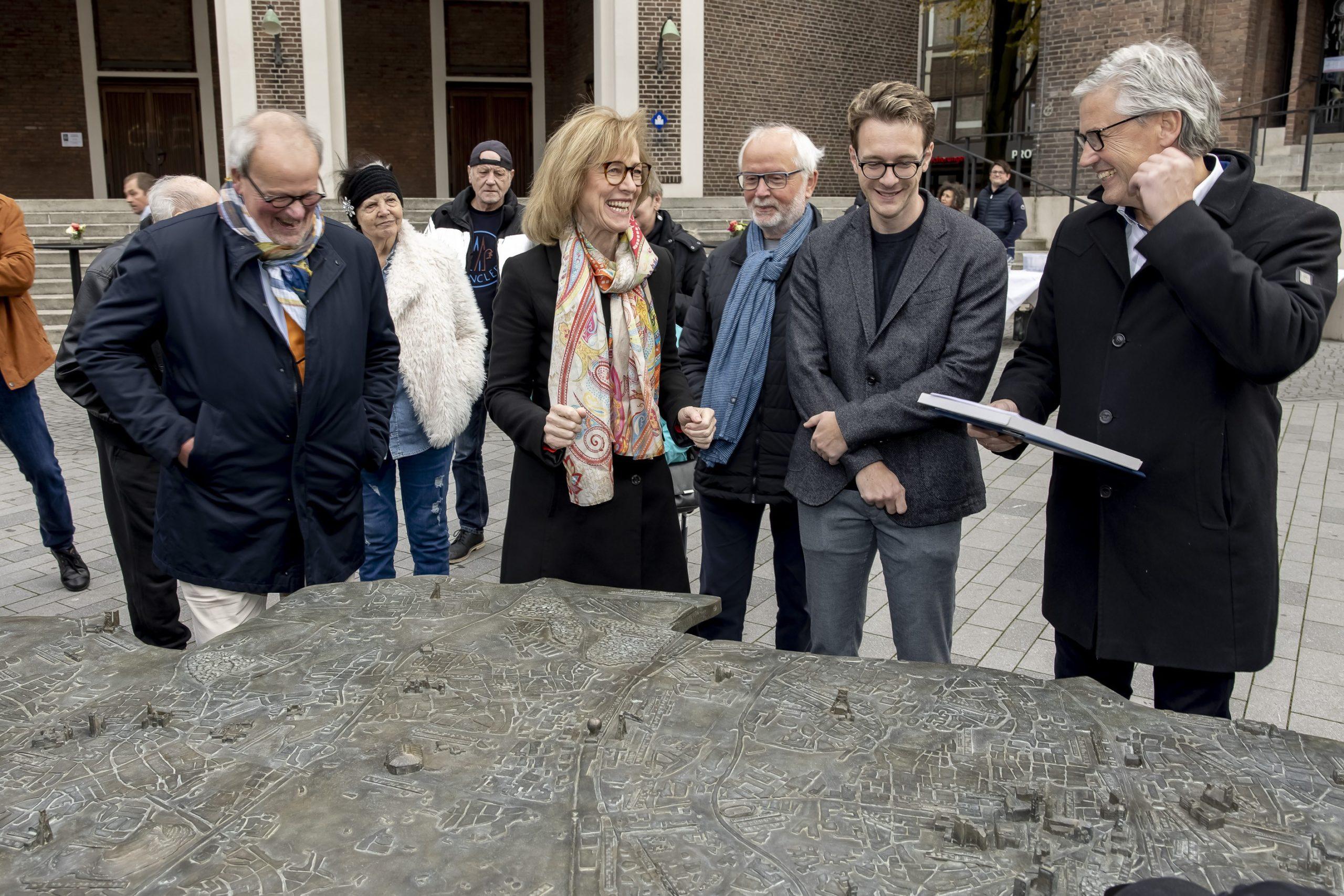 Der Rotary Club Gelsenkirchen hat ein Stadtmodell in Bronze anfertigen lassen. Auf rund 2,70 mal 1,60 Metern lässt sich darauf Gelsenkirchen erkunden.