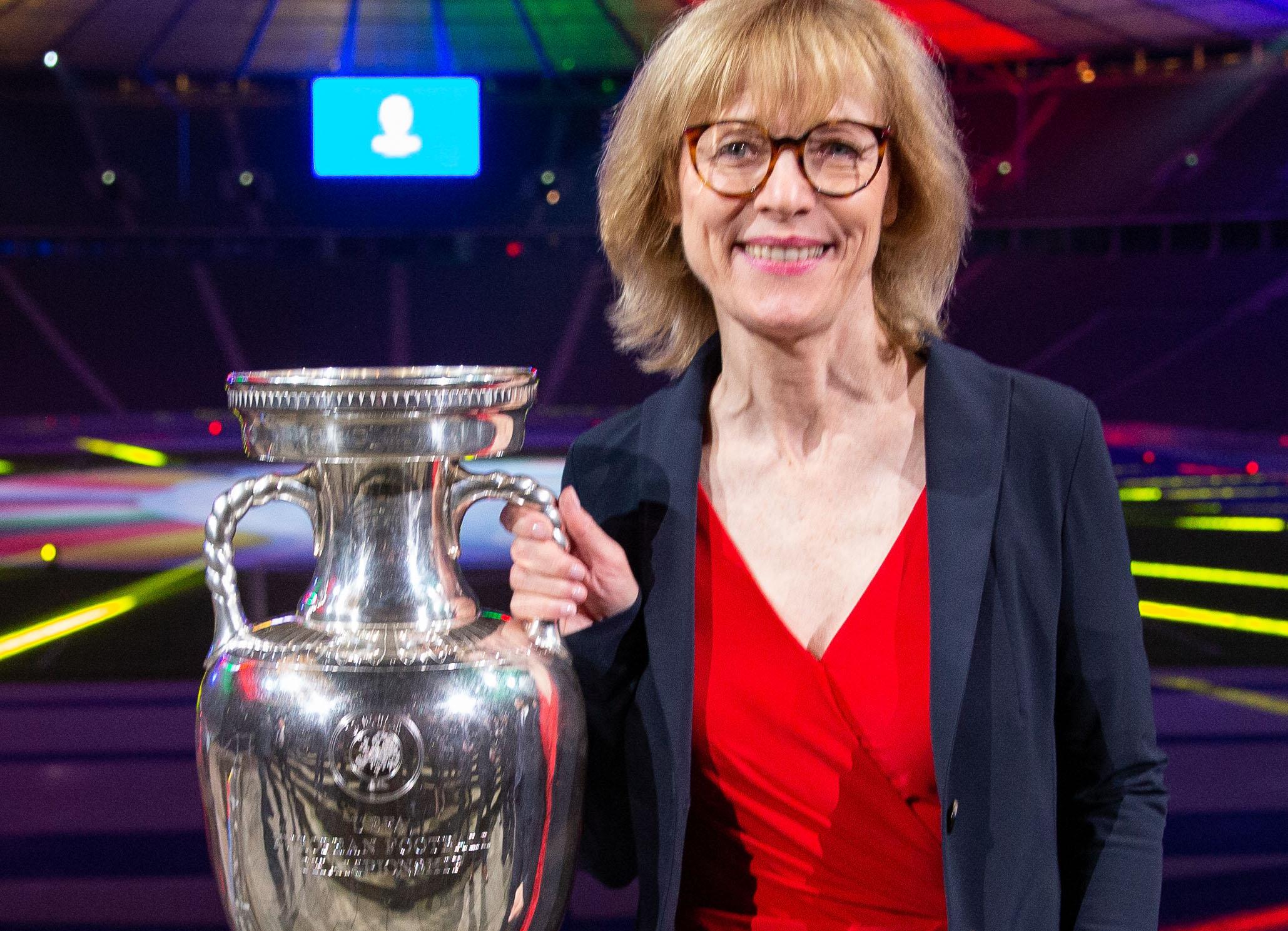 Das offizielle UEFA EURO 2024™ Logo der Stadt Gelsenkirchen wurde am Dienstagabend im Berliner Olympiastadion der Öffentlichkeit präsentiert. Oberbürgermeisterin Karin Welge war vor Ort, um das Gelsenkirchener Logo symbolisch in Empfang zu nehmen.